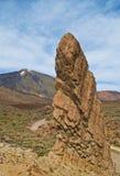 高岩石和火山看法  免版税库存图片
