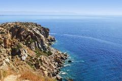 从高岩石峭壁的海视图 免版税库存图片