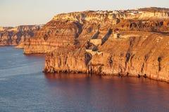 高岩石峭壁的鸟瞰图在日落的 免版税库存图片