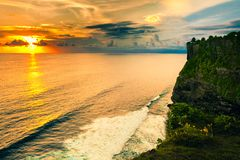 高峭壁和热带海风景Uluwatu寺庙的,巴厘岛,印度尼西亚 免版税库存图片