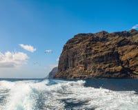 高峭壁惊人的看法从小船的 加那利群岛tenerife 免版税库存照片