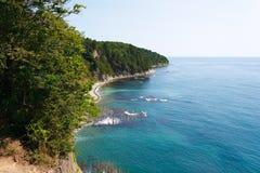 从高峭壁的惊人的看法在与礁石的美丽的海岸 免版税库存图片