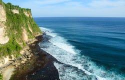 高峭壁风景风景在Uluwatu寺庙,巴厘岛,印度尼西亚的 免版税库存图片