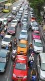 高峰时间交通移动慢慢地沿一条繁忙的路 库存照片