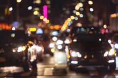 高峰时间在夜街道上的汽车通行在纽约 免版税库存照片