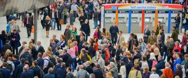 高峰时间拥挤在滑铁卢火车站伦敦 库存图片