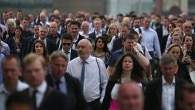 高峰时间通勤者巨大的人群充斥在一条繁忙的城市街道下 股票录像