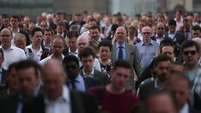 高峰时间通勤者巨大的人群充斥在慢动作的一条繁忙的城市街道下 股票视频