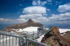 高峰步行桥梁在瑞士阿尔卑斯 库存照片