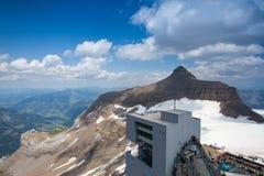 高峰步行桥梁在瑞士阿尔卑斯 免版税库存图片