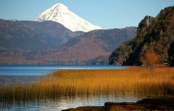 高峰积雪的火山 图库摄影