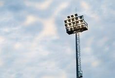 高帆柱照亮了蓝天的体育体育场 免版税库存图片