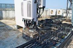高帆柱金属结构电信导线在塔的与蓝天 免版税库存照片