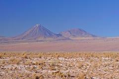 高度与更小的邻居的相称圆锥形形状的火山和 免版税库存照片