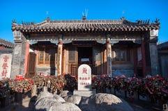高度在玉皇大帝寺庙的标志和爱锁在Tai单,中国山顶  图库摄影