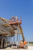 高度工作者在樱桃捡取器帮助下在遇见的新工作 免版税库存图片