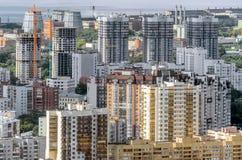 从高度的看法到一个多层的大厦在城市 库存照片