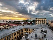 从高度的看法在日落的城市的屋顶在圣彼得 图库摄影