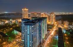 从高度的看法在高层建筑物在莫斯科的郊区,在河的背景的夜 免版税图库摄影