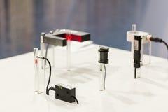 高性能和技术准确性和在电容的管或管传感器快速地查出了移动的片断或拂去灰尘为 库存图片
