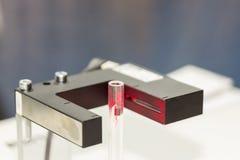 高性能和技术准确性和在电容的管或管传感器快速地查出了移动的片断或拂去灰尘为 免版税库存照片