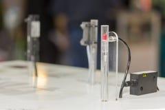高性能和技术准确性和在电容的管或管传感器快速地查出了移动的片断或拂去灰尘为 图库摄影