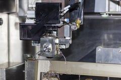 高技术和精确度由cnc导线裁减机器的模子切口在工厂 免版税库存图片
