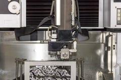 高技术和精确度由cnc导线裁减机器的模子切口在车间 免版税库存图片