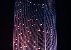 高摩天大楼大厦在晚上,现代大厦外部 库存图片
