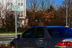 高效燃料的汽车停车处 库存图片