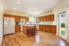 高效率,紧凑厨房设计用蜂蜜弄脏了厨柜 免版税图库摄影