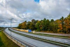高方式路和秋天森林 免版税库存照片