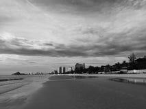 高旅馆和海滩在华欣 库存图片
