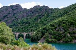 高架桥和河 库存照片