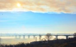 高架桥在Galati市 蓝色桥梁长的天空 库存图片