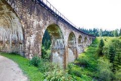 高架桥 老代理viaductCarpathians 晴朗的天气 山 水多的自然 免版税库存图片