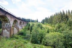 高架桥 老代理viaductCarpathians 晴朗的天气 山 水多的自然 免版税库存照片