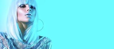 高档时尚摆在演播室的五颜六色的明亮的霓虹灯的模型女孩 美丽的性感的妇女画象白色假发的 图库摄影