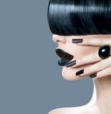 高档时尚模型与时髦发型的女孩画象 免版税库存照片
