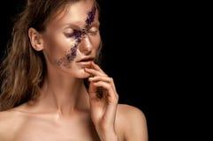 高档时尚神色、特写镜头妇女秀丽画象有明亮的构成的与与金嘴唇的金皮肤和横跨面孔的紫色条纹 库存图片