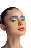 高档时尚神色、特写镜头秀丽画象、明亮的构成与完善的干净的皮肤与五颜六色的红色嘴唇和蓝色黄色眼影膏 库存图片