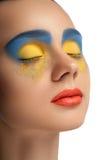 高档时尚神色、特写镜头秀丽画象、明亮的构成与完善的干净的皮肤与五颜六色的红色嘴唇和蓝色黄色眼影膏 库存照片