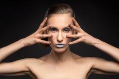 高档时尚神色,特写镜头模型秀丽画象与明亮的构成的与与五颜六色的蓝色嘴唇的完善的干净的皮肤 图库摄影