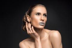 高档时尚神色,特写镜头模型秀丽画象与明亮的构成的与与五颜六色的蓝色嘴唇的完善的干净的皮肤 库存图片