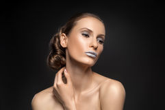 高档时尚神色,特写镜头模型秀丽画象与明亮的构成的与与五颜六色的蓝色嘴唇的完善的干净的皮肤 免版税库存照片