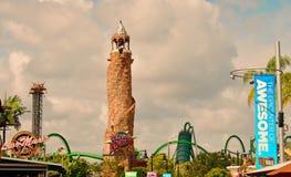 高桥名人之冒险岛灯塔和废船过山车在环球影业中 免版税库存照片