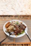 高棉梭子鱼牛排用菜沙拉 免版税库存图片