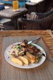 高棉梭子鱼牛排用菜沙拉 免版税图库摄影