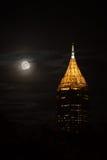 高楼在亚特兰大街市与满月的夜 库存图片
