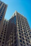 高楼在芝加哥街市与在r的一面美国国旗 免版税库存图片